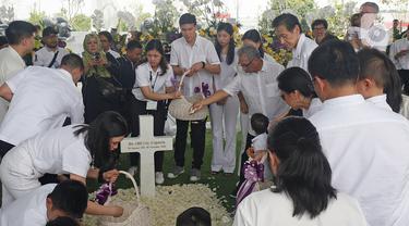 Keluarga besar menaburkan bunga di pusara Chairman dan Founder Grup Ciputra Dr (HC), Almarhum Ir. Ciputra di pemakaman keluarga, Jonggol, Bogor, Kamis (5/12/2019). Ciputra meninggal dunia dalam usia 88 tahun di rumah sakit di Singapura pada 27 November 2019 lalu. (Liputan6.com/Herman Zakharia)