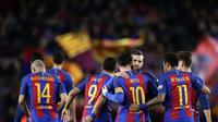 Pemain Barcelona merayakan gol Lionel Messi ke gawang Sporting Gijon di Camp Nou, Kamis (2/3/2017) dinihari WIB. (AP Photo/Manu Fernandez)