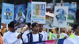 Peserta pawai Hari Ozon Sedunia 2018 membawa tulisan di sekitar kawasan Bundaran Hotel Indonesia, Jakarta, Minggu (16/9). Acara ini bagian dari peringatan Hari Ozon Sedunia yang jatuhnya setiap tanggal 16 September. (Liputan6.com/Helmi Fithriansyah)
