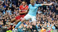 Pemain Liverpool Trent Alexander-Arnold berebut bola dengan Kevin De Bruyne saat pertandingan Manchester City menjamu Liverpool di Stadion Etihad, Manchester (9/9). (AP Photo/Rui Vieira)