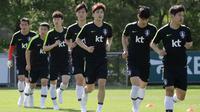 Pemain timnas Korea Selatan, Ki Sung-yueng (ketiga dari kanan) berlari dengan pemain lain selama sesi latihan untuk Piala Dunia 2018 di National Football Centre di Paju, Korea Selatan, Rabu (23/5). (AP Photo/Lee Jin-man)