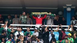 Gubernur Jawa Timur, Khofifah Indar Parawangsa memberikan dukungan pada laga final di Stadion Gelora Delta, Sidoarjo, Kamis (20/2). (Bola.com/Aditya Wany)