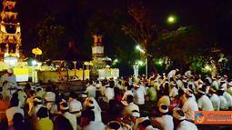 Citizen6, Cinere: Umat Hindu yang bermukim di wilayah Cinere, Jawa Barat, bersembahyang memperingati Hari Raya Galungan, Rabu (6/7) yang dilaksanakan di Pura Amartha Jati, Cinere. (Pengirim: Wisnu Harsakti)