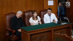 Gisella Anastasia (tengah) saat menghadiri sidang cerai dengan Gading Marten di Pengadilan Negeri Jakarta Selatan, Rabu (23/1). Dalam sidang terungkap bahwa Gisella dan Gading terbukti mengalami percekcokan terus menerus. (Kapanlagi.com/Bayu Herdianto)