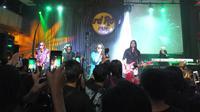 """Power Slaves sukses menghentak saat menggelar konser """"Find Our Love Again Tour 2018"""" di Hard Rock Cafe, Jakarta, Kamis (9/8). (Liputan6.com/Edu Krisnadefa)"""