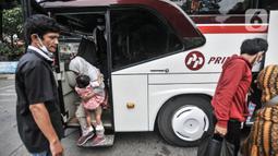 Pemudik turun dari bus antarkota antarprovinsi (AKAP) setibanya di Terminal Kampung Rambutan, Jakarta, Minggu (23/5/2021). Kementerian Perhubungan memprediksi puncak arus balik Lebaran 2021 terjadi pada hari ini usai larangan mudik pada 6-17 Mei lalu berakhir. (merdeka.com/Iqbal S Nugroho)