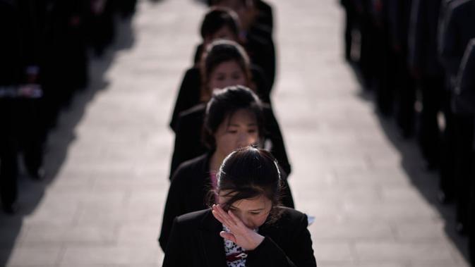 Sejumlah wanita bahkan menangis dan terlihat mengusap air mata menghadiri perayaan ulang tahun bapak pendiri bangsa Korut (AFP)