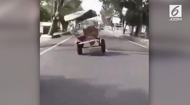 Sebuah delman berjalan ugal-ugalan tanpa pengendara. Kencangnya delman bikin kendaraan lain minggir.
