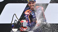Pembalap KTM Tech 3, Miguel Oliveira, menjuarai balapan MotoGP Styria di Sirkuit Red Bull Ring, Minggu (23/8/2020). (AFP/Joe Klamar)