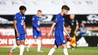 Pemain chelsea berjalan lesu usai kebobolan dua gol lawan Sheffield United (AFP)