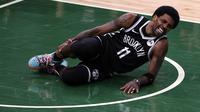 Kyrie Irving cedera saat Nets melawan Bucks di gim keempat semifinal Wilayah Timur NBA (AFP)