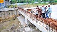 Wali Kota Tri Rismaharini meninjau pengerjaan proyek di Bundaran Mayjen Sungkono (Liputan6.com / Dian Kurniawan)