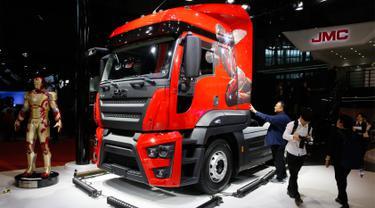 Pekerja membersihkan sebuah truk dari produsen mobil China JMC sebelum pameran Auto Shanghai 2017 di National Exhibition and Convention Center di Shanghai, China (19/4). Pameran mobil ini yang terbesar di China. (AP Photo/Ng Han Guan)