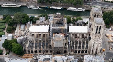 Katedral Notre Dame sedang menjalani restorasi setelah rusak parah akibat kebakaran hebat, Paris, Prancis, Minggu (14/7/2019). Katedral Notre Dame mengalami kebakaran hebat pada 15 April 2019. (Kenzo TRIBOUILLARD/AFP)