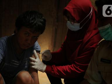 Petugas Puskesmas Gembor melakukan vaksinasi Covid-19 kepada anak berkebutuhan khusus dengan mendatangi langsung dari rumah kerumah di kecamatan Priuk, Kota Tangerang, Selasa (8/6/2021). Vaksinasi diberikan untuk memberikan kekebalan tubuh agar terhindar dari Covid-19. (Liputan6.com/Angga Yuniar)