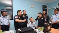 Tim Kunjungan Kerja Anggota Komisi III DPR RI mempertanyakan masih ditemukan Tenaga Kerja Asing ilegal menyalahi prosedur perizinan.