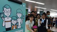 Petugas membantu calon penumpang melakukan tap kartu saat akan menggunakan layanan transportasi Moda Raya Terpadu (MRT) di Stasiun Bundaran HI, Jakarta, Rabu (3/4). Layanan MRT dimulai pukul 05.30 WIB hingga 22.01 WIB. (merdeka.com/Imam Buhori)