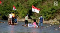 Peserta menyusuri sungai Bone menggunakan rakit tradisional di Gorontalo, Sabtu (23/3). Kegiatan ini dilaksanakan sebagai upaya meningkatkan kesadaran masyarakat Bonebol untuk bisa menjaga kelestarian sungai. (Liputan6.com/Arfandi Ibrahim)