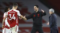 Manajer Arsenal Mikel Arteta memberi selamat kepada Granit Xhaka setelah timnya mengalahkan Tottenham Hotspur 2-1 dalam laga lanjutan Liga Inggris di Emirates Stadium, Minggu (14/3/2021). (Julian Finney/Pool via AP)