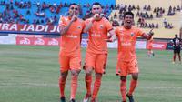 Tiga pemain Persija, Jaimerson, Marko Simic, dan Sandi Sute, berselebrasi setelah Persija menang 2-1 atas Persipura di Stadion Mandala, Jayapura, Kamis (25/10/2018). (Media Persija)