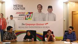 Ibu Roidah bersama Ibu Siti Jariyah menceritakan pengalamannya terkait penerima PKH dan Program Mekar di Jakarta, Kamis (28/2). Ibu Rodiah dan Ibu Siti sebelumnya Diperkenalkan Presiden Jokowi saat Konvensi Rakyat di Sentul. (Liputan6.com/Johan Tallo)
