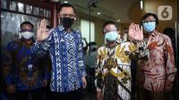 Ketua Umum Partai Demokrat, Agus Harimurti Yudhoyono (AHY) disambut langsung oleh Presiden PKS Sohibul Iman saat mengunjungi kantor DPP PKS di Jakarta Selatan, Jumat (24/7/2020). Kedatangan AHY untuk bersilaturahmi dengan para pengurus partai tersebut. (Liputan6.com/Johan Tallo)