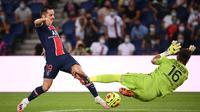 Gelandang PSG, Ander Herrera, berusaha mencetak gol ke gawang Metz pada laga Liga Prancis di Stadion Parc des Princes, Paris, Kamis (17/9/2020) dini hari WIB. PSG menang 1-0 atas Metz. (AFP/Franck Fife)
