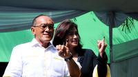 Aburizal Bakrie bersama istri Tatty Bakrie menunjukkan jari kelingking yang usai mencoblos di TPS 32 Menteng, Jakarta Pusat, Rabu (9/4). (Liputan6.com/Andrian M Tunay)