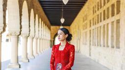 Di momen kelulusan S2 dari Stanford University, wanita kelahiran 19 Desember 1994 ini pun tampil menawan dengan kebaya merah. Senyum bahagia begitu terpancar dari wajah Maudy Ayunda. (Liputan6.com/IG/@maudyayunda)