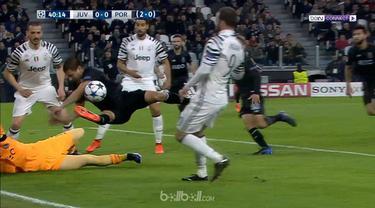 Berita video bek Porto, Maxi Pereira, melakukan penyelamatan seperti kiper dan pelanggaran handball. This video presented by BallBall.