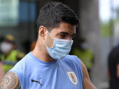 Penyerang Uruguay, Luis Suarez mengenakan masker mengikuti sesi latihan jelang menghadapi Kolombia pada kualifikasi Piala Dunia  2022 di Barranquilla, Kolombia (12/11/2020). Federasi Sepakbola Uruguay (AUF) mengumumkan Suarez positif terjangkit COVID-19, Senin (16/11/2020). (AFP/Raul Arboleda)
