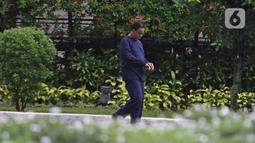 Gubernur DKI Jakarta Anies Baswedan saat berolahraga di halaman rumah dinas, Menteng, Jakarta Pusat, Kamis (3/12/2020). Anies Baswedan yang masih melakukan isolasi mandiri di rumah dinas gubernur karena positif Covid-19 menyempatkan diri untuk berolahraga pada pagi ini (Liputan6.com/Herman zakharia)