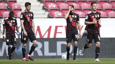 Para pemain Bayern Munich kecewa usai kebobolan gol kedua oleh FSV Mainz dalam laga lanjutan Liga Jerman 2020/2021 pekan ke-31 di Opel Arena, Mainz, Sabtu (24/4/2021). Bayern Munich kalah 1-2 dari FSV Mainz. (AP/dpa)