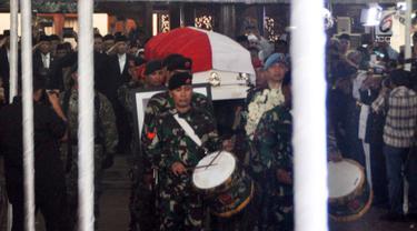 Prajurit TNI mengiringi upacara persemayaman jenazah Ani Yudhoyono di Puri Cikeas, Bogor, Jawa Barat, Minggu (2/6/2019). Ani Yudhoyono akan dimakamkan di TMP Kalibata. (Liputan6.com/Immanuel Antonius)