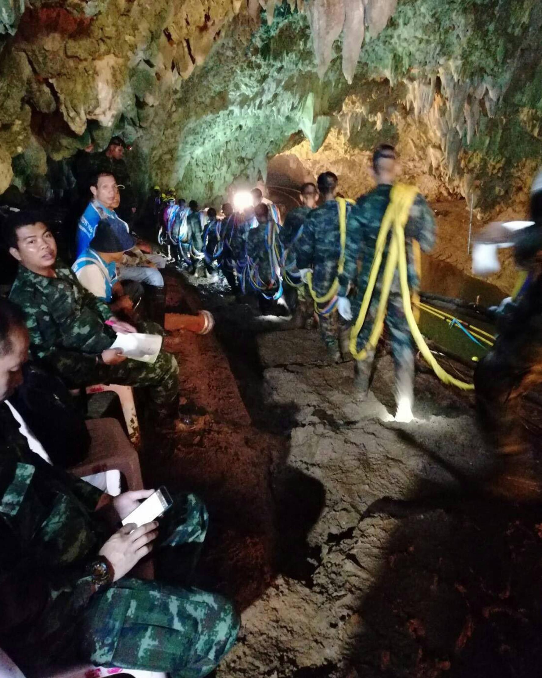 Tentara Thailand membawa tali untuk menyelamatkan tim sepak bola remaja Thailand dan pelatihnya yang terjebak di sebuah gua di Chiang Rai, Thailand, Senin (2/7). Unit penyelam AL Thailand menyebut korban diberi makan jel energi. (ROYAL THAI NAVY/AFP)