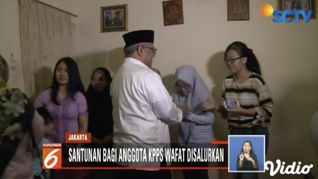 Ketua KPU Arief Budiman salurkan bantuan bagi anggota KPPS yang wafat secara simbolis pada keluarga almarhum Ketua TPS 68 Sukabumi Selatan Umar Madi.