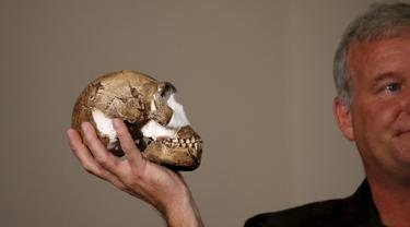 Profesor Lee Berger memegang replika tengkorak Homo Naledi, nenek moyang manusia yang baru ditemukan di Maropeng, Kamis (10 /9/2015). Ratusan potongan dari 15 kerangka ditemukan di satu gua di dekat Johannesburg. (REUTERS/Siphiwe Sibeko)