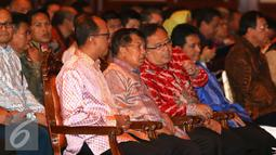 Wapres Jusuf Kalla berbincang dengan Menkeu Bambang Brodjonegoro saat sosialisasi Tax Amnesty di Jakarta, Kamis (21/7). Diharapkan usai sosialisasi, pengusaha keesokan harinya bisa ke kantor pajak melaksanakan tax amnesty. (Liputan6.com/Angga Yuniar)