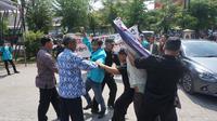 Sejumlah mahasiswa UMS menolak kedatangan Cawapres Sandiaga Uno yang mengisi kuliah umum di Kampus 2 UMS, Sabtu (22/9).(Liputan6.com/Fajar Abrori)