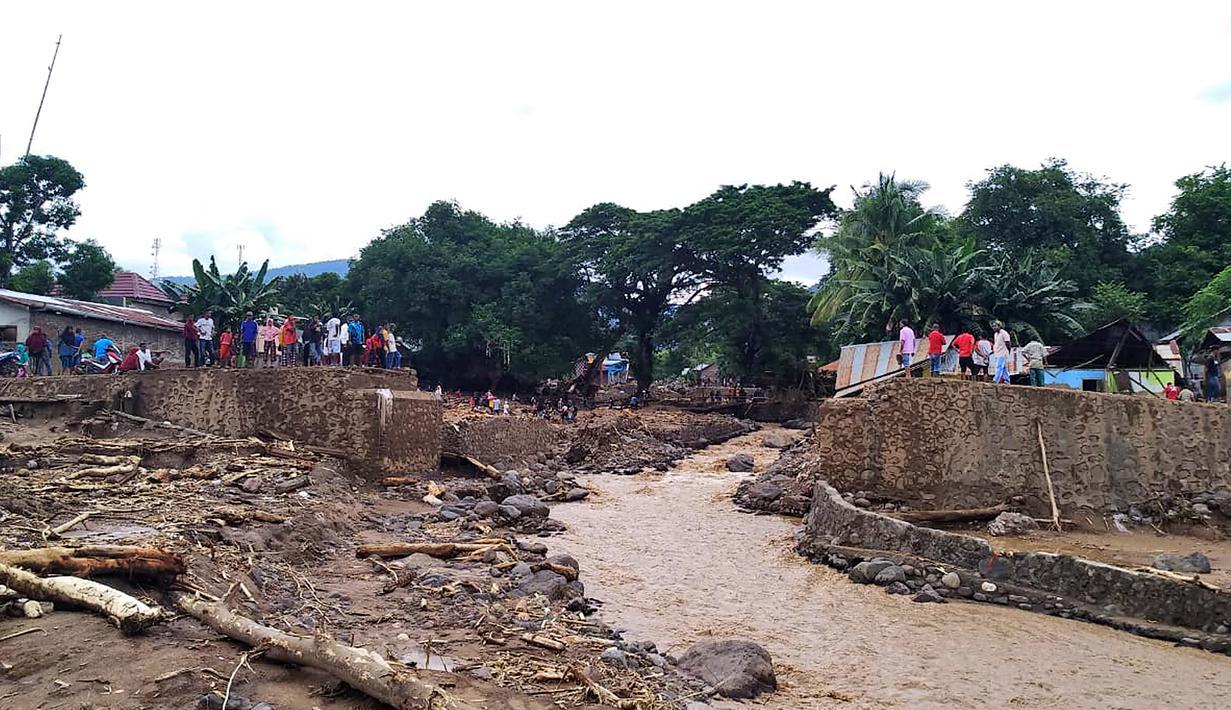 Kerusakan jembatan yang tersapu banjir bandang di Waiwerang, Pulau Adonara, Nusa Tenggara Timur, Selasa (6/4/2021). Tim penyelamat terus menggali puing tanah longsor untuk mencari korban yang terkubur usai bencana banjir bandang. (AP Photo/Rofinus Monteiro)