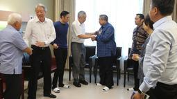 PM Singapura Lee Hsien Loong menyalami Presiden ke enam RI, Susilo Bambang Yudhoyono saat rombongan menjenguk Ani Yudhoyono yang tengah dirawat intensif di National University Hospital, Singapura, Jumat (15/2). (Liputan6.com/HO/Anung Anandito)