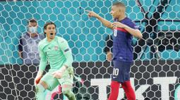 Lima algojo penalti Swiss sukses menjalankan tugasnya. Sedangkan gi kubu Prancis, Kylian Mbappe yang menjadi penendang terakhir justru gagal. (AP Photo/Vadim Ghirda, Pool)