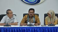 Dirjen SDPPI DR Ismail (tengah) didampingi Anggota KRT BRTI Ketut dan Perwakilan Ditjen PPI Kemkominfo dalam konferensi pers mengenai nasib Bolt dan First Media (Foto: Kemkominfo)