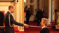 Di usia 71 tahun, rocker legendaris Inggris, Rod Stewart, baru saja dianugerahi gelar kebangsawanan.