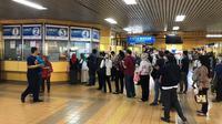 Antrean panjang pembelian tiket kertas terjadi di Stasiun Gondangdia. (Liputan6.com/Shinta Sinaga)