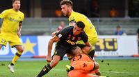 Kiper Chievo Verona, Stefano Sorrentino, bertabrakan dengan striker Juventus, Cristiano Ronaldo, pada laga Serie A di Marc'Antonio Bentegodi, Sabtu (18/8/2018). (AFP/Alberto Pizzoli)