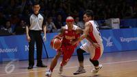 Pebasket Indonesia, Mario Wuysang melewati kawalan pemain Singapura, Wei Long Wong di semifinal SEA Games ke-28 di OCBC Arena Singapore, Minggu (14/6/2015). Indonesia unggul 87-74 atas Singapura. (Liputan6.com/Helmi Fithriansyah)
