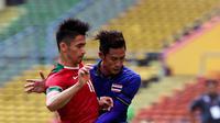 Bek Timnas Indonesia U-22, Gavin Kwan Adsit berusaha merebut bola dari pemain Thailand, Chaiyawat Buran saat bertanding di SEA Games 2017 di Shah Alam, Malaysia (15/8). Indonesia dan Thailand bermain imbang 1-1. (AP Photo / Vincent Thian)
