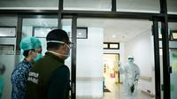 Tenaga kesehatan di Jabar sedang merawat pasien COVID-19.