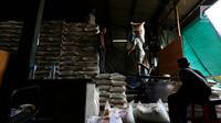 Pekerja mengangkut beras di Pasar Induk Beras Cipinang, Jakarta Timur, Kamis (24/8). Menteri Perdagangan (Mendag), Enggartiasto Lukita, mengumumkan penetapan Harga Eceran Tertinggi (HET) komoditas beras. (Liputan6.com/Johan Tallo)